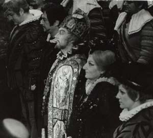 Fülöp király szerepében (középen) Verdi Don Carlos című operájában